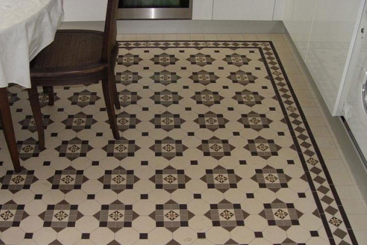 Метлахская плитка на полу кухни